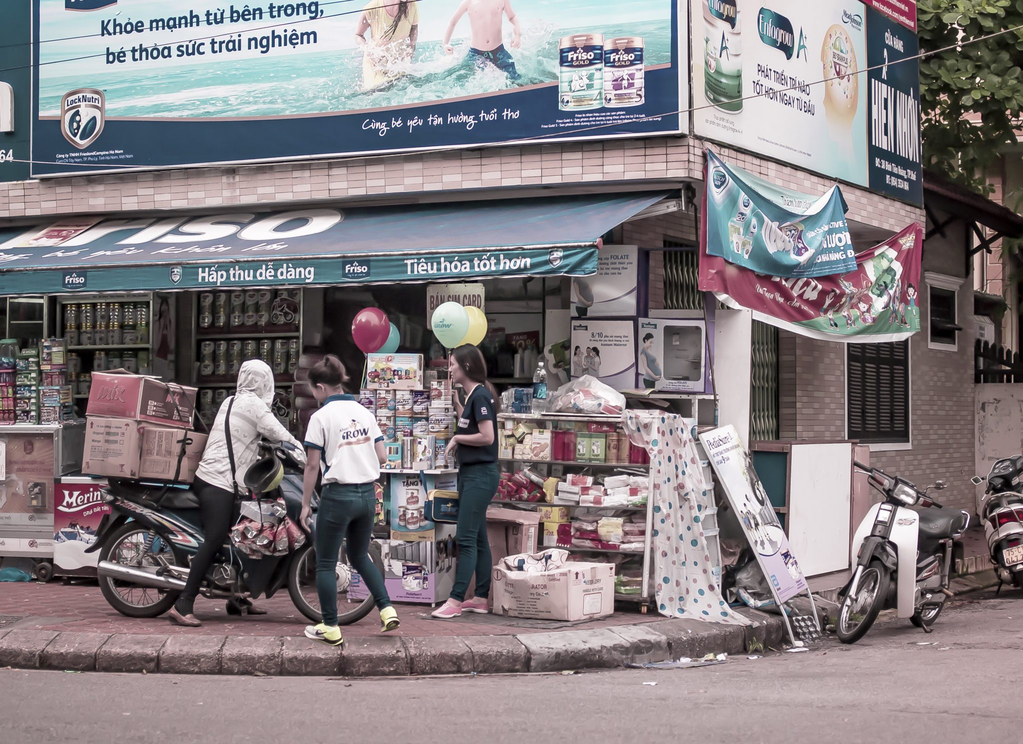 How to understand an American teacher near Nguyễn Văn Trỗi Street in Ho Chi Minh City, Vietnam